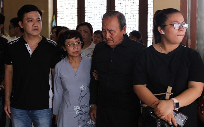 Bố Anh Vũ cùng em trai anh (ngoài cùng bên trái) và tất cả người thân đều có mặt ở chùa.