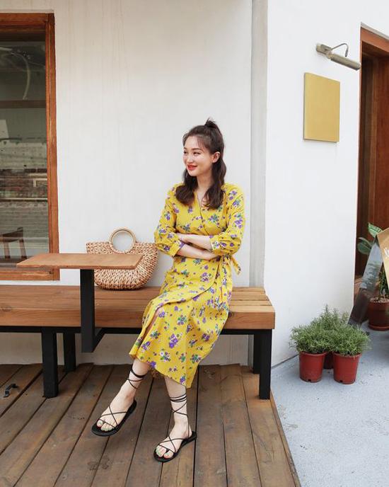 Đầm liền thân thiết kế trên các chất liệu lụa mềm, voan mỏng và vải in hoa tiếp tục thể hiện sự hấp dẫn ở mùa thời trang mới.