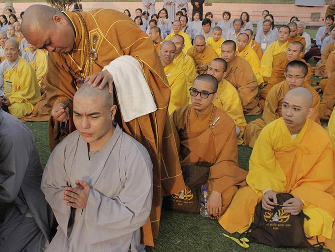 Lê Dương Bảo Lâm trông khác lạ sau khi xuống tóc.