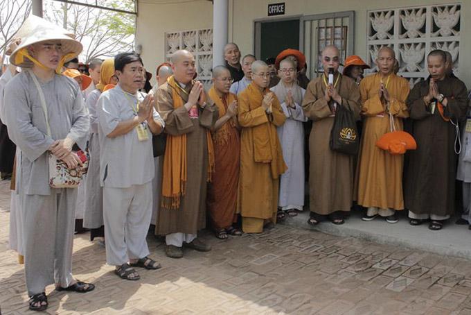 [Caption  Trong chuyến đi Ấn Độ, Lê Dương Bảo Lâm bất ngờ xuống tóc tại chùa Trung Quốc thuộc thành phố Varanasi. Varanasi được xem là thánh địa của Phật giáo và các thần thánh. Nam diễn viên quyết định rũ bỏ bụi trần trong khoảng một tuần, dành thời gian thiền định để học hỏi nhiều giá trị lớn của cuộc sống. Tại đây, Lê Dương Bảo Lâm cùng đoàn từ thiện Việt Nam tặng lúa mạch, tiền Ấn Độ cho người nghèo. Anh cho biết cuộc sống nơi người dân anh đi qua nhiều khó nhọc do thiên nhiên khắc nghiệt. Những đứa trẻ ít có cơ hội được hưởng nền giáo dục tốt. Phụ nữ nơi đây khá cơ cực. Tuy nhiên trên cả là sự lạc quan và yêu đời. Đôi khi nam dành hài ao ước có thể đưa những người nghèo nơi đây về Việt Nam, hỗ trợ họ công việc để có cuộc sống tốt đẹp hơn  Lê Dương Bảo Lâm cho biết thêm, vì tính cách thoải mái nên người dân nơi đây cười xuề xòa trong những cuộc nói chuyện cùng anh (có thông dịch viên). Không ai cảm thấy khó chịu khi Lê Dương Bảo Lâm chọc ghẹo. Những ngày qua, một vài bình luận khiếm nhã trên mạng đến từ những người không hiểu anh hoặc antifan. Một vài thành phần cố đẩy mọi chuyện đi thật xa trong khi những ai thường theo dõi anh live stream, đều thấy cách ăn nói thoải mái, vô tư.