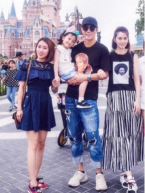 Tấm ảnh vợ chồng Hồng Hân chụp cùng nữ trợ lý (ngoài cùng bên trái).