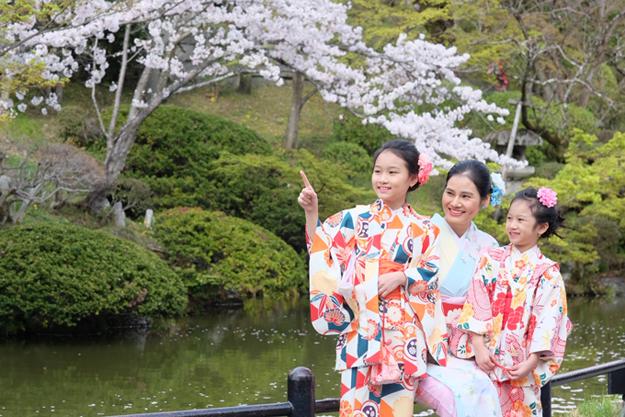 Dù bận rộn điều hành công ty Sohee nhưng doanh nhân Hà Bùi luôn cố gắng chăm sóc, nuôi dạy hai con gái.Mới đây chị đưa các con đi cùng trong chuyến công tác Nhật Bản.