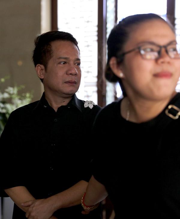 Minh Nhí cũng không kìm được nước mắt lúc nhìnthi hài bạn thân về tới chùa.