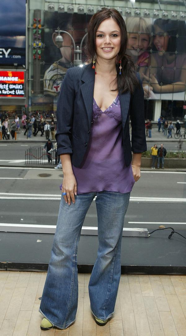 Năm 2004, blazer được kết hợp cùng áo hai dây lụa mỏng và quần jeans ống loe.
