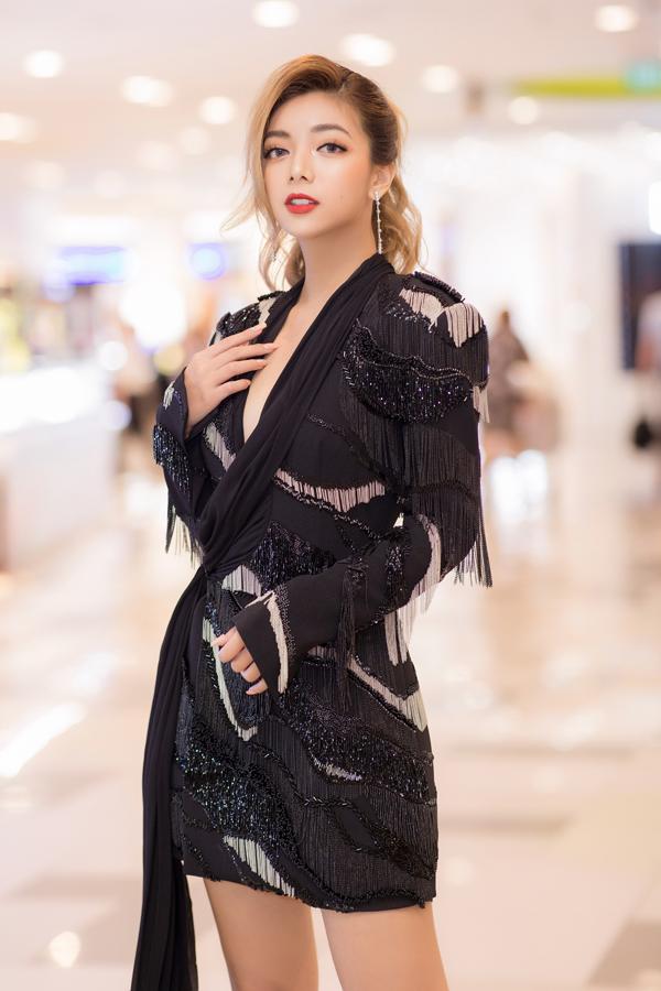 Nữ chính của phim Lật mặt: Nhà có khách là Katleen Phan Võ - con gái chưởng môn phái Vịnh Xuân Nam Anh. Cô sở hữu nét đẹp mang hơi hướng phương Tây giống mẹ.