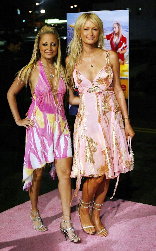 Đầm tiệc trông không khác váy đi biển.