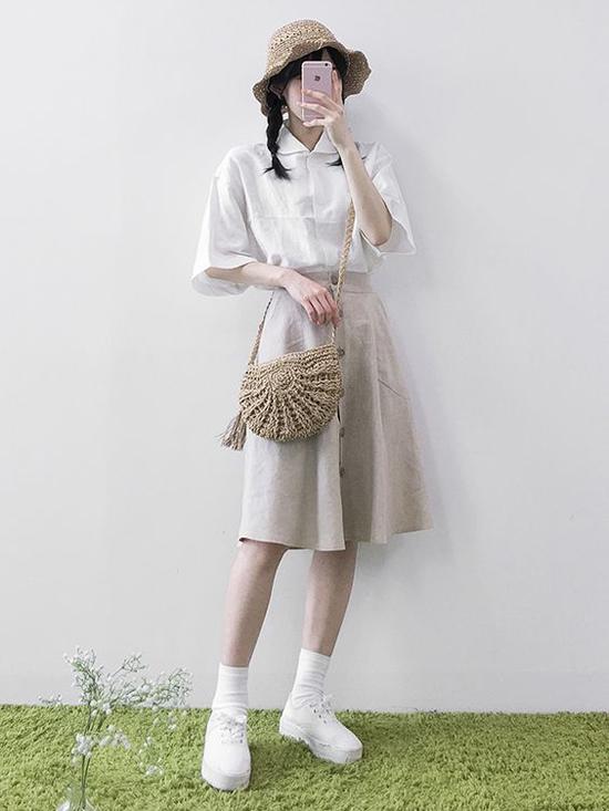 Vải dệt tự nhiên với tông màu thanh nhã được dùng để mang tới các kiểu váy mang hơi hướng cổ điển.
