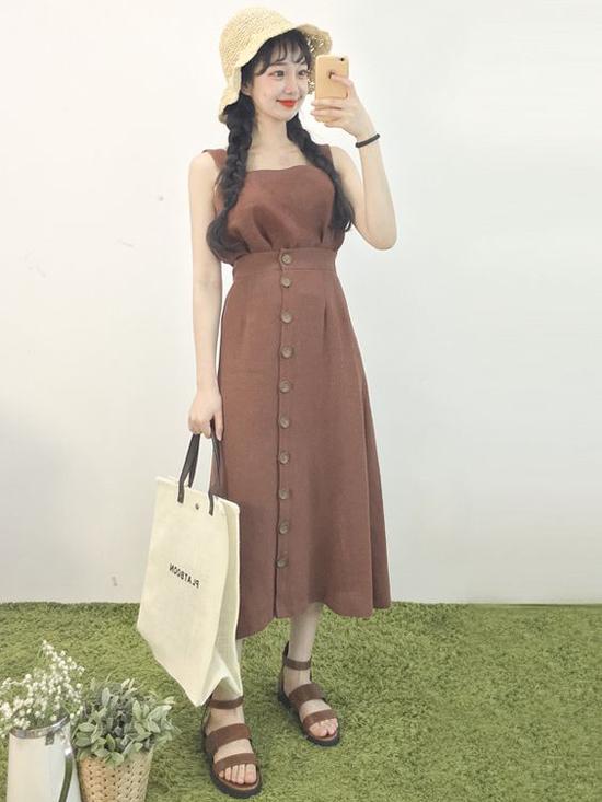 Đầm hai dây, váy cài nút, chân váy midi là những sản phẩm được các cô nàng xứ Hàn lăng xê nhiệt tình khi mùa hè vừa đến.