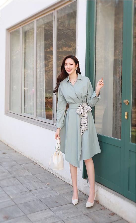 Cùng với linen vải lụa nhân tạo, lụa mềm cũng được yêu thích ở mùa hè. Ngoài các chất liệu bóng bẩy, mềm mại vải cotton lụa cũng được đưa vào các sản phẩm cho mùa xuân hè.