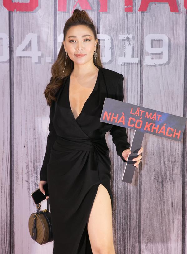 Người đẹp Quỳnh Thư gợi cảm với thiết kế khoét ngực sâu, xẻ vạt cao.