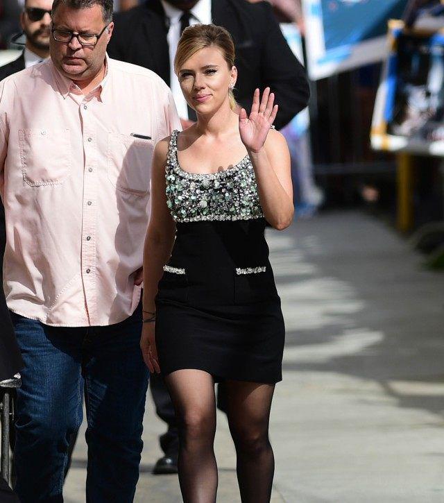Scarlett Johansson lúc đến trường quay ghi hình cho talkshow Jimmy Kimmel Live chiều ngày 8/4.