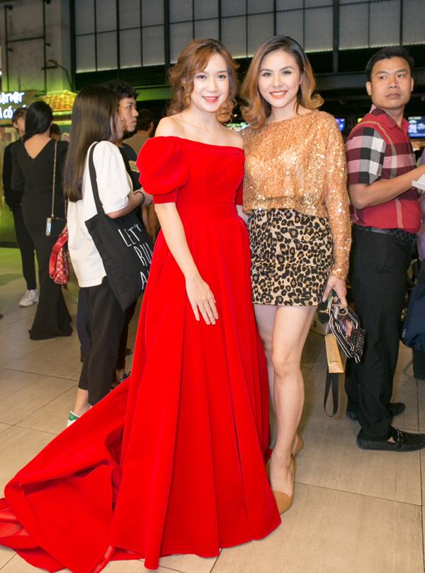 Diễn viên Vân Trang chụp ảnh cùng nhà sản xuất Minh Hà tại sự kiện điện ảnh tối 9/4.