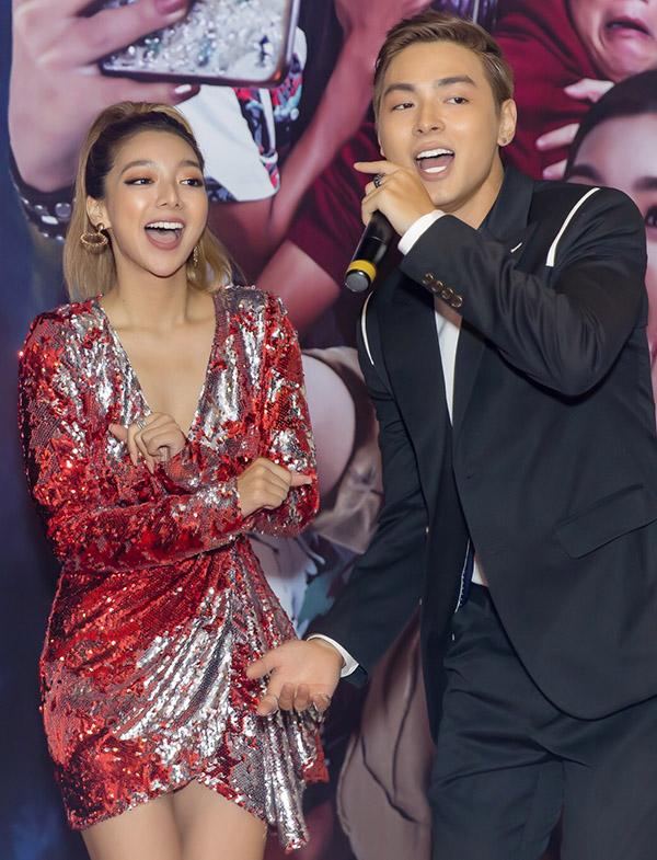 Cả hai hòa giọng thể hiện chung một ca khúc ở buổi ra mắt phim.