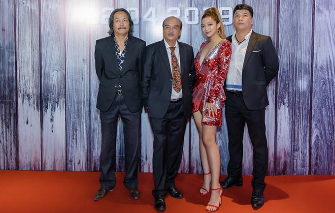Hai bố con Katleen Phan Võ chụp ảnh cùng các vị khách tham dự sự kiện điện ảnh tối 10/4.