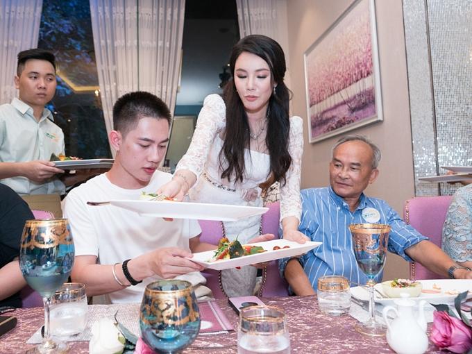 Các món ăn đều do Hồ Quỳnh Hương lên ý tưởng, đặt tên, chọn lựa nguyên liệu.