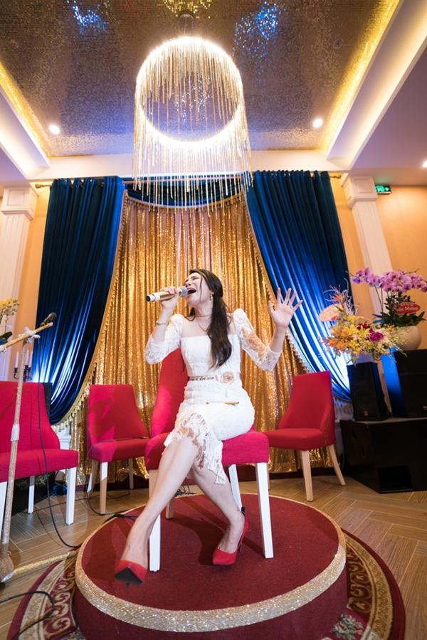 Hồ Quỳnh Hương còn quyết định góp vui cho bữa tiếc bằng cách hát tặng thực khách