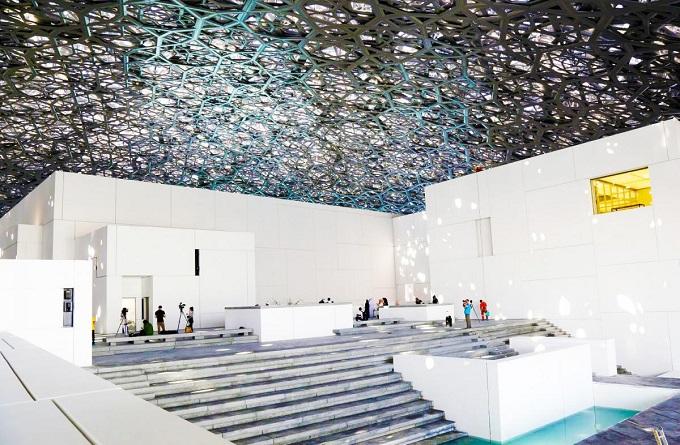 Bảo tàng Louvre Abu Dhabi trở thành điểm đến nghệ thuật mới nổi dành du khách khi đến vịnh Ả Rập.