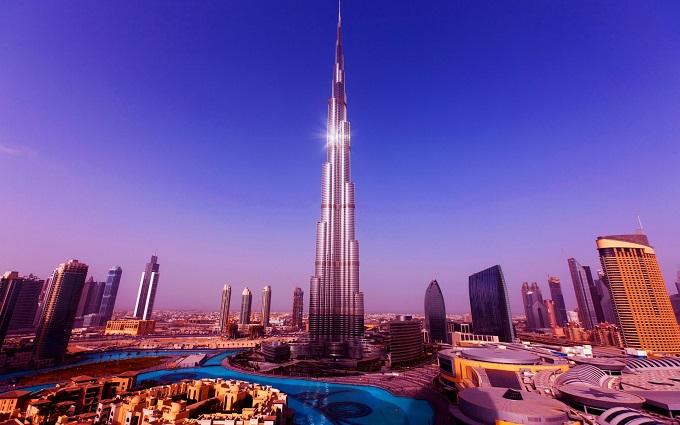 Bao bọc tòa tháp là khoảng 500.000 bóng đèn chiếu sáng và hệ thống phun nước cao nhất thế giới, có thể đẩy dòng nước lên cao lơn 300 mét. Người ta có thể nhìn thấy nó từ xa và được coi là khu vực sáng nhất ở Trung Đông về đêm.