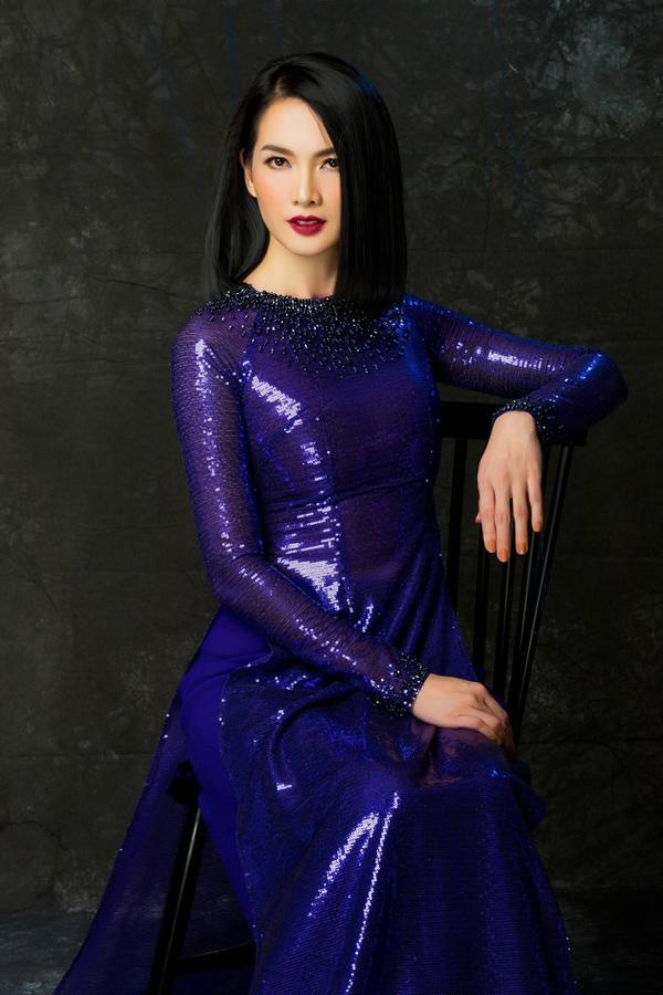 Chất liệu bắt sáng cũng là lựa chọn táo bạo để phái đẹp khẳng định dấu ấn cá nhân dù khoác trên mình trang phục truyền thống.