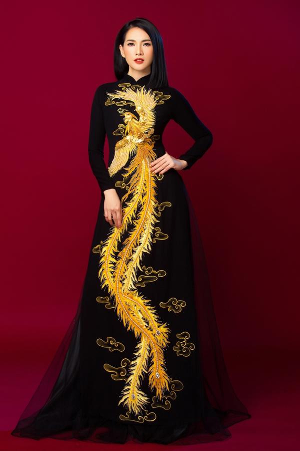 Cánh chim phượng hoàng tung bay được thêu thủ công tinh xảo, giúp người mặc toát lên nét quyền quý, vương giả.