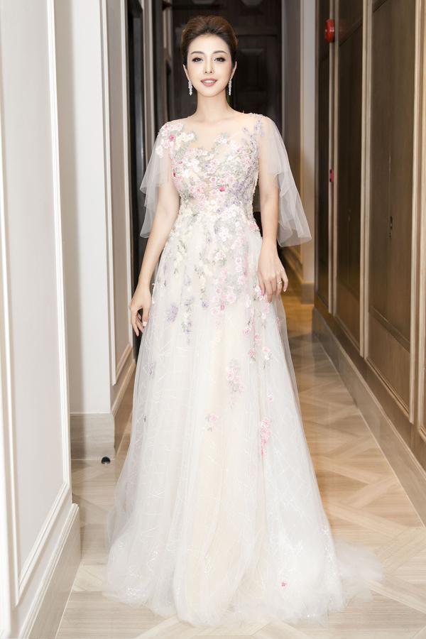 Xuất hiện trong một sự kiện tối qua (10/4) tại TP HCM, Jennifer Phạm chọn trang phục đính kết hoa tỉ mỉ của NTK Hoàng Hải. Bộ cánh lộng lẫy giúp Hoa hậu khoe được nhan sắc tươi trẻ ở tuổi 34.