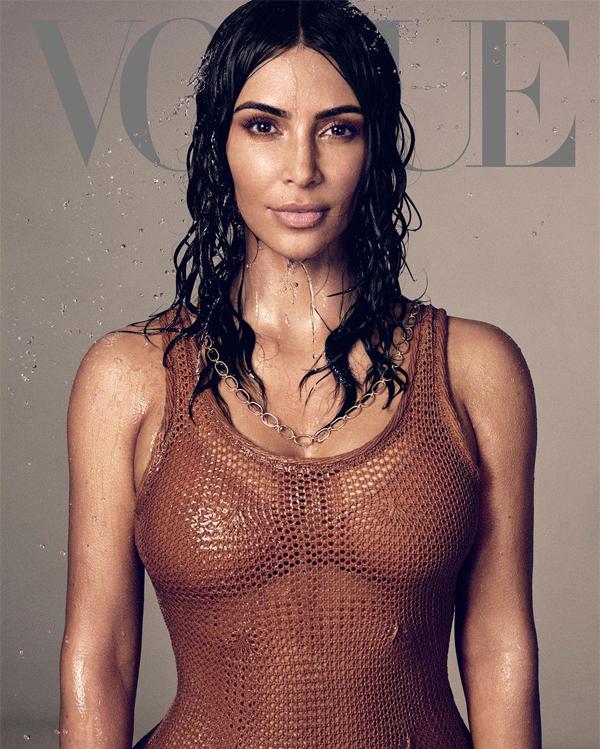 Kim Kardashian là ngôi sao truyền hình thực tế duy nhất được lên bìa tạp chí Vogue danh tiếng. Tôi đã mơ về khoảnh khắc này từ rất lâu, nhiều người nói rằng nó sẽ không bao giờ đến. Từ ngữ không thể diễn tả hết được niềm vinh dự của tôi khi lần đầu tiên được xuất hiện một mình trên bìa Vogue Mỹ, Kim thổ lộ.