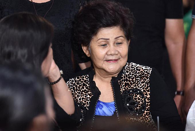 Mẹ Anh Vũ thấy ấm lòng khi con trai được nhiều đồng nghiệp yêu mến, tiếc thương. Được người thân và các nghệ sĩ động viên, bà Trương Thị Thu đã trấn tĩnh lại, cố gắng tiếp đón bạn bè, khán giả tới viếng Anh Vũ.