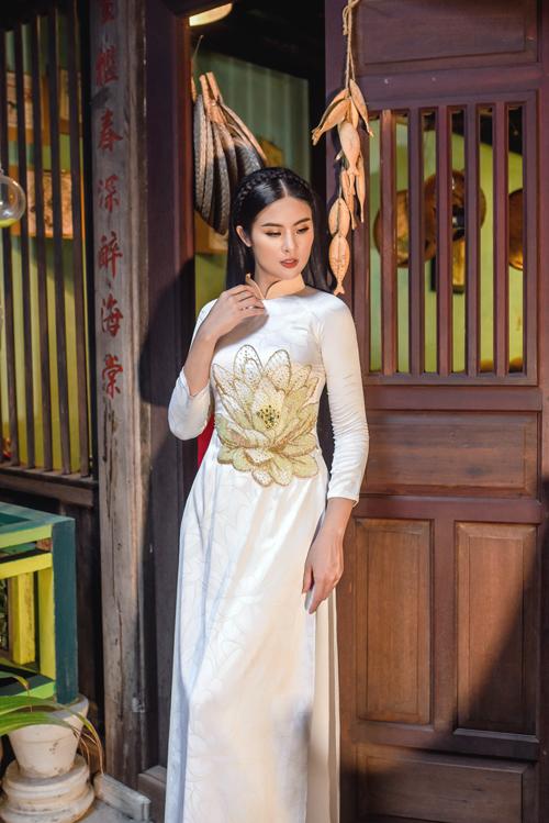 Vì ý nghĩa đó nên họa tiếthoa sen thường xuất hiện trên tà áo dài của phụ nữ Việt, đặc biệt là dịp quan trọng như hỷ sự.