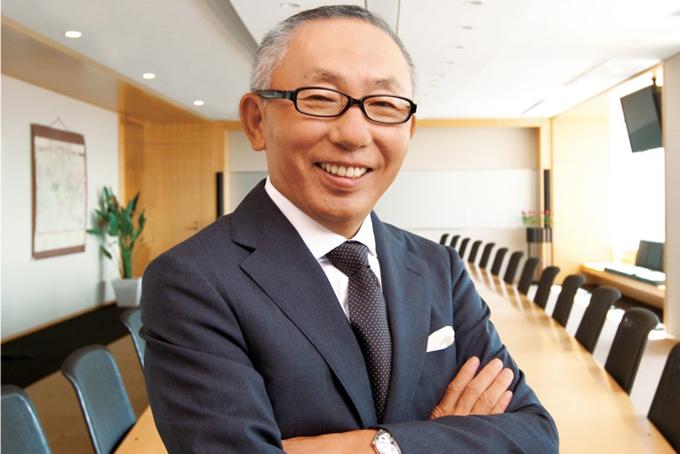 [CaptiTheo Forbes, tỷ phú sáng lập Uniqlo và nay là tập đoàn Fast Retailing, ông Tadashi Yanai hiện đang là người giàu nhất nước Nhật. Từng được tạp chí Time danh tiếng vinh danh vào danh sách một trăm người có tầm ảnh hưởng lớn nhất hành tinh, mới đây, ông đã gây choáng khi tuyên bố sẽ cố gắng đưa tập đoàn Fast Retailing của mình trở thành tập đoàn thời trang lớn nhất thế giới vào năm 2020 với doanh thu mỗi năm khoảng 5 nghìn tỷ yên, tức khoảng 25 tỷ USD.