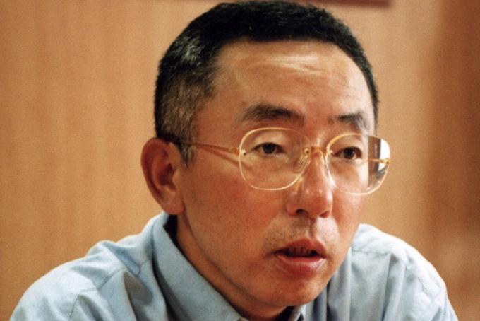Tadashi Yanai sinh năm 1949 trong một gia đình làm nghề may ở Hiroshima. Tuổi thơ của ông gắn liền với tiệm may nhỏ của gia đình, xung quanh là vải vóc,kim chỉ và cậu bé Tadashi Yanai đã sớm tìm thấy cảm hứng cắt may từ cha mình.