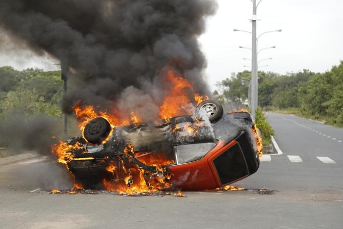 Cảnh quay cháy nổ phải thực hiện cẩn thận, đảm bảo an toàn cho đoàn phim và người dân đi đường.
