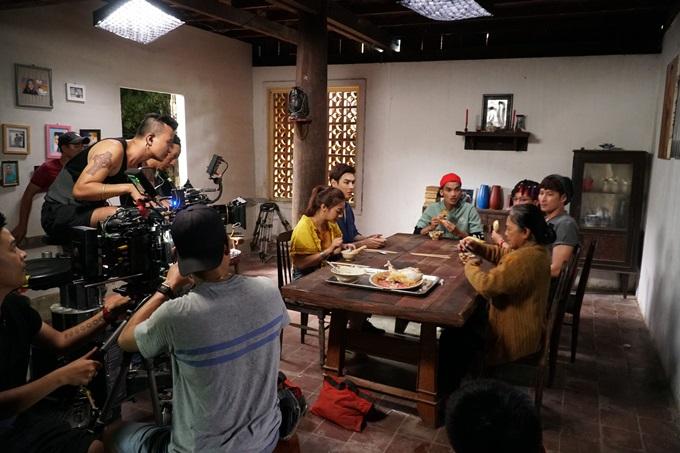 Đoàn phim thực hiện một cảnh đối thoại quan trọng trong phim.