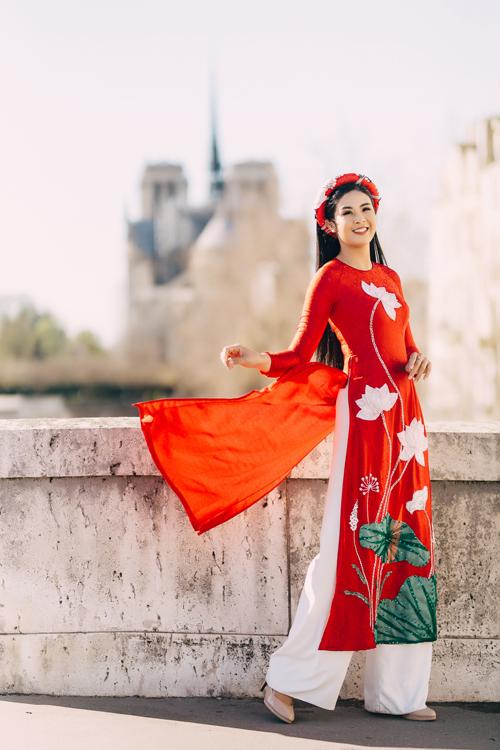 Họa tiết hoa sen trắng và lá senxanh nổi bật trên tà áo dài đỏ. Mỗi thiết kế được tạo ra đều là quá trình tâm huyết và sáng tạo của NTK, mang đến sự quyến rũ nhưng vẫn kín đáo cho cô dâu Á đông.