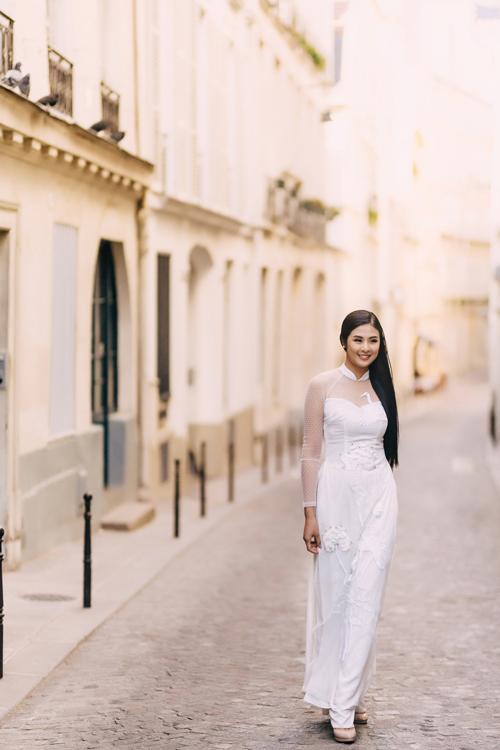 Thiết kế cổ hai trong mộtthể hiện việcbắt kịp xu hướng thời trang cưới hiện đạicủa NTK. Lớp vải voan xuyên thấu ở cổ, tay áo gợi vẻ quyến rũ của tân nương mà không làm mất đi sự duyên dáng.