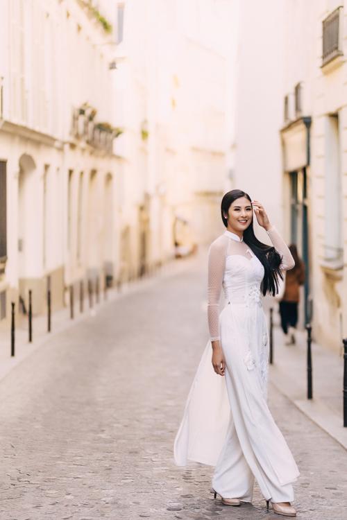 Nàng nên kết hợp quần trắng để tạo sự đồng điệu cho bộ áo dài.
