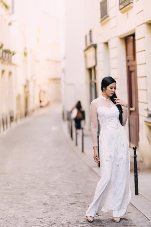Họa tiết hoa sen trắng giúp khắc họa nét đẹp tinh khôi, thanh tú của nàng dâu mới.Bộ ảnh được thực hiện với sự hỗ trợ của Hoa hậu Ngọc Hân, trang điểm: , nhiếp ảnh: