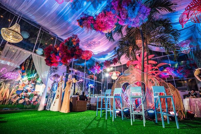 Lấy ý tưởng từ những gam màu nổi bật, tươi mát của mùa hè sôi động, gian hàng của Queen Plaza (Lô 14B – Khu B, Công viên 23/9) được trang trí công phu theo phong cách Tropical Havana – miền nhiệt đới.