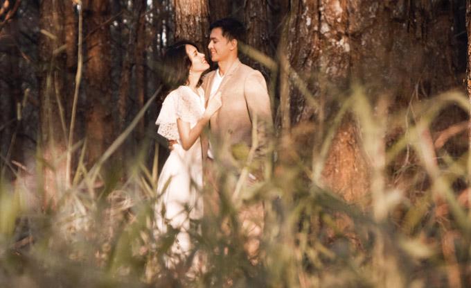 Khoảnh khắc lãng mạn của đôi vợ chồng giữa rừng thông Đà Lạt.