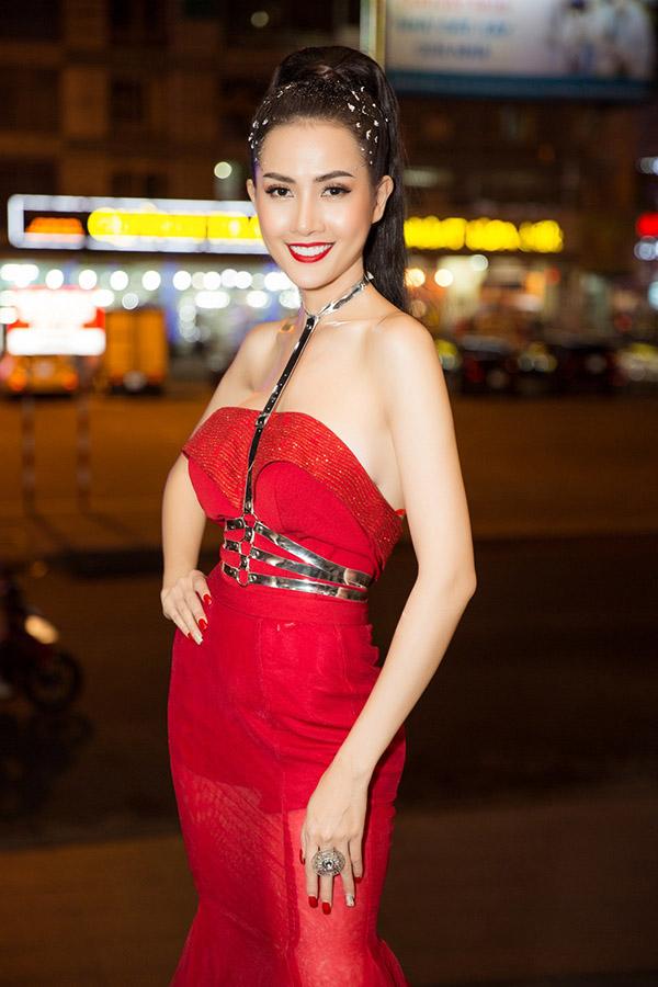 Người đẹp quê Tiền Giang bận rộn với nhiều hoạt động đóng phim, làm mẫu và cầm trịch các cuộc thi nhan sắc. Cô tiết lộ mới bị sút cân nên trông mảnh mai hơn trước.