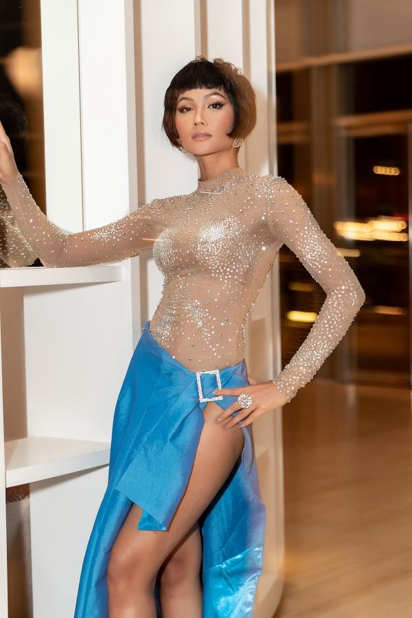 Hoa hậu Hoàn vũ Việt Nam chia sẻ, do sự cố máy kẹp tóc bị hư nên H'Hen Niê đã nhanh chóng giải quyết bằng cách