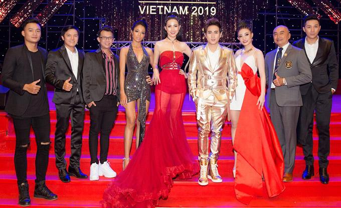 Các giám khảo tề tựu ở Nhà hát Trưng Vương Thành phố Đà Nẵng tối 12/4 để cầm trịch mùa giải thứ ba của Người mẫu Thể hình Việt Nam.