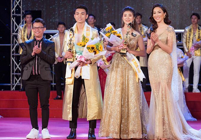 Đạo diễn Tạ Nguyên Phúc (ngoài cùng bên trái) và Hoa khôi Diệu Ngọc chúc mừng hai thí sinh đoạt ngôi Á quân 2 là Tạ Công Phát sinh năm 1995 và Huỳnh Thị Tường Vy sinh năm 1997.