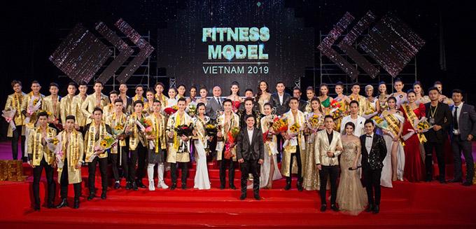 Ban tổ chức, ban giám khảo và các thí sinh Fitness Model chụp ảnh kỷ niệm trong đêm chung kết.