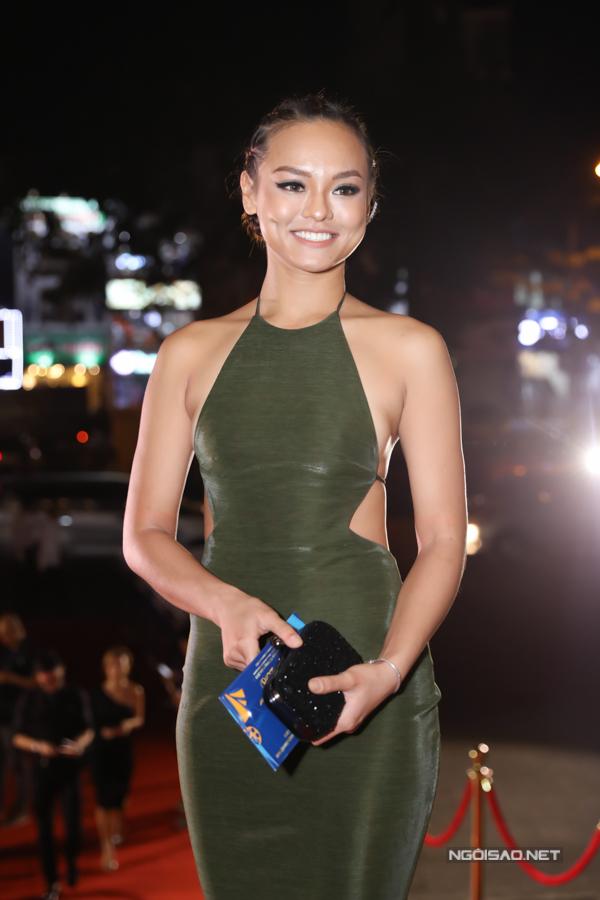 Người mẫu Mai Ngô diện đầm bó cắt xẻ eo và để lộ lưng trần. Phim đầu tay của cô - Thach thảo cũng là một tác phẩm dự giải năm nay.