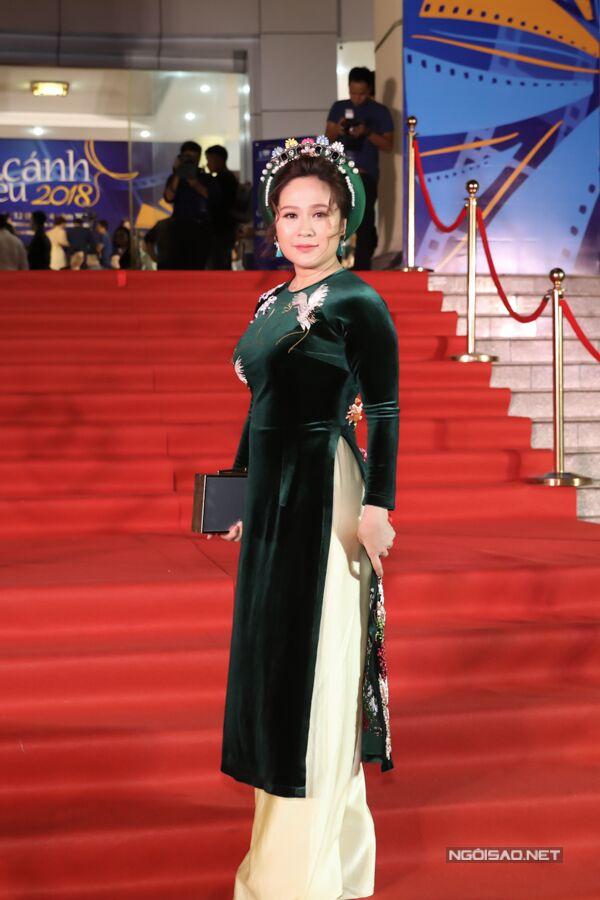 Thanh Thúy mặc áo dài nhung với phong cách kín đáo, truyền thống giống nhiều sự kiện lúc trước. Cô đến sự kiện một mình, do ông xã Đức Thịnh bận quay phim ở đảo Phú Quý.