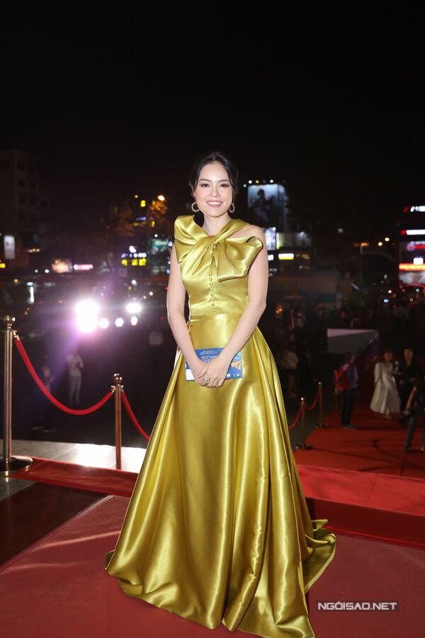 Diễn viên Dương Cẩm Lynh rực rỡ với đầm vàng ánh kim.