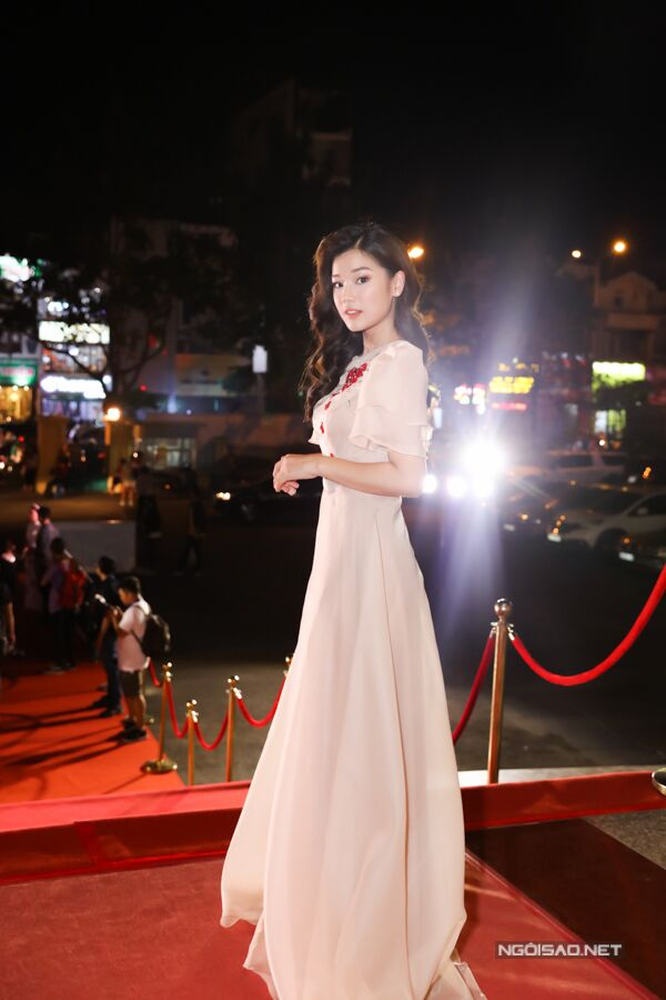 Hoàng Yến Chibi khoe vẻ đẹp dễ thương và ngọt ngào với đầm công chúa. Cô nhận đề cử Nữ diễn viên chính xuất sắc với vai chính đầu tay trong phim Tháng năm rực rỡ.