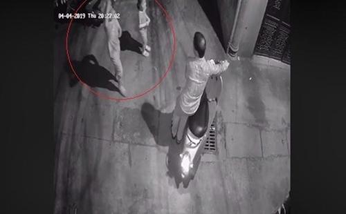 Hình ảnh người đàn ông dắt xe máy tiếp cận hai bé gái bị camera an ninh ghi lại.