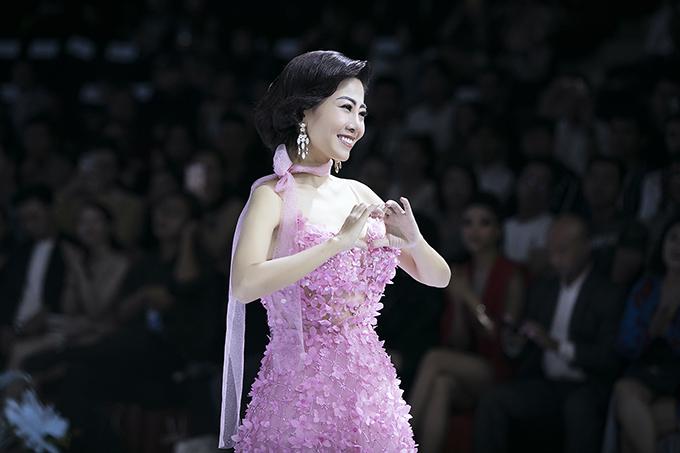 Cùng với Phương Nga, màn trình diễn còn thu hút khán giả theo dõi chương trình bởi sự góp mặt của diễn viên Mai Phương.
