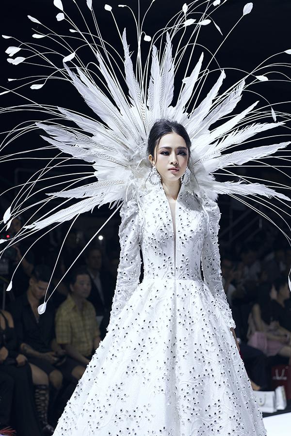 Do sàn diễn trơn, đi giày cao và phần tùng váy khá nặng nên Trương Hồ Phương Nga khá e dè khi trình diễn thời trang.
